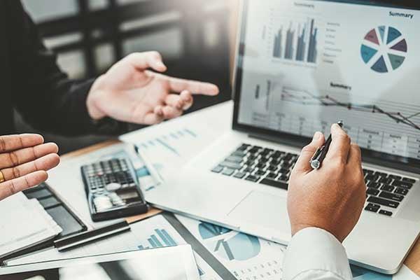 Technology-Consulant-Explains-IT-Reports